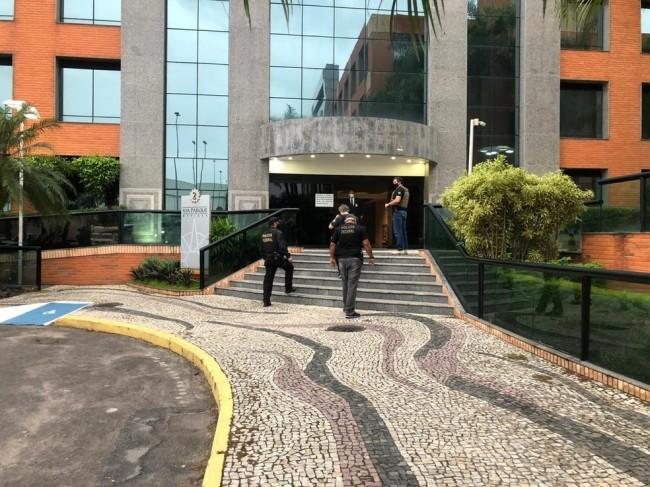 Agentes da Polícia Federal cumprem mandados na Operação Tergiversação 2 — Foto: Erick Rianelli / TV Globo