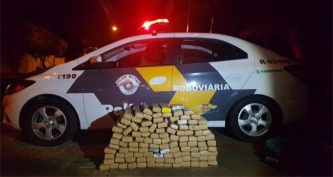 Tabletes de maconha apreendidos com trio em Fiat Uno, na região de Guararapes (SP)