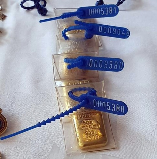 Barras de ouro na casa de uma auditora da Receita — Foto: Reprodução