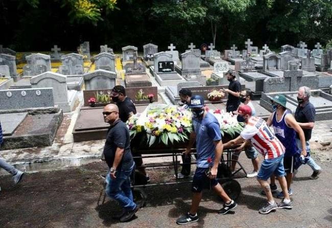 Parentes e amigos no enterro de João Alberto Silveira Freitas