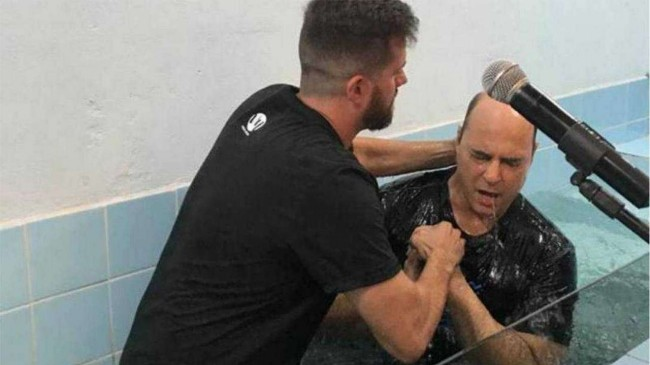 Wilson Witzel sendo batizado