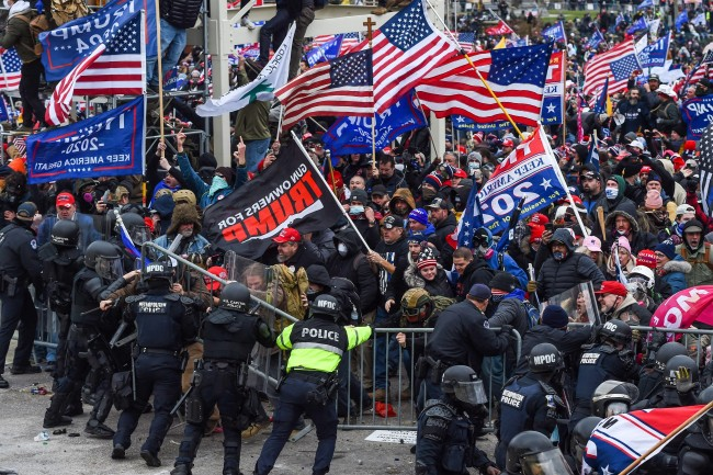 Manifestantes e a polícia