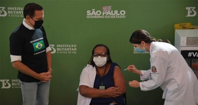 João Doria ao lado da 1º vacinada no Brasil