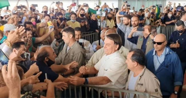 Bolsonaro cumprimentou apoiadores na chegada a Cascavel — Foto: Alan Medeiros/RPC