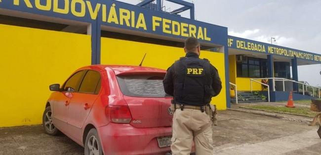 O casal viajava neste carro, quando foi parado na blitz. — Foto: Polícia Rodoviária Federal/Divulgação