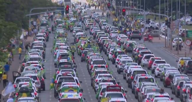 Carreata contra medidas de restrição em Brasília — Foto: TV Globo/Reprodução