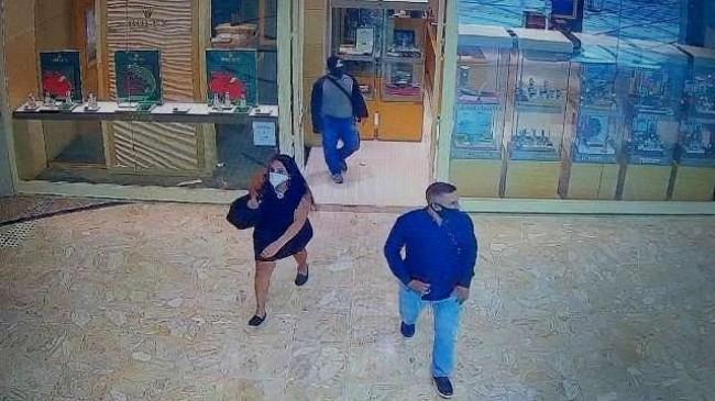 Bandidos deixam a joalheria, após o roubo
