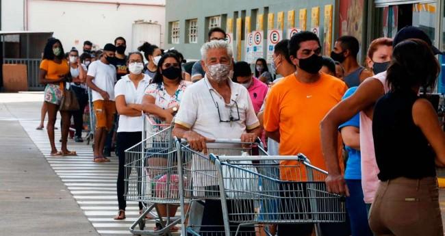 Na véspera do lockdown, houve longas filas na porta dos supermercados de Ribeirão Preto (Reprodução)