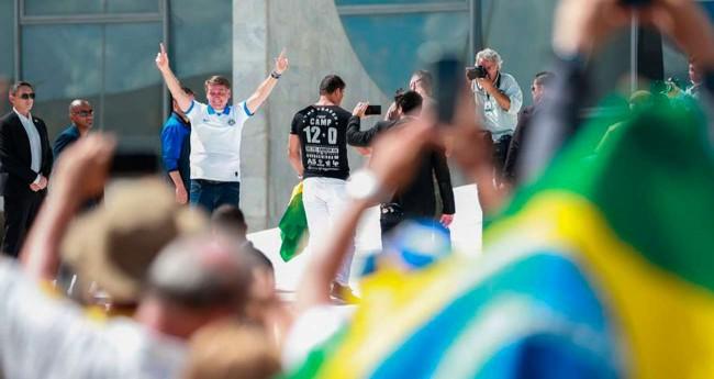 Jair Bolsonaro (ao fundo) - Foto: José Cruz/Agência Brasil