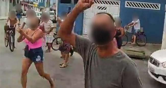 Comerciantes gritavam fora aos fiscais da prefeitura e à equipe da PM em São Vicente, SP — Foto: Reprodução/Facebook