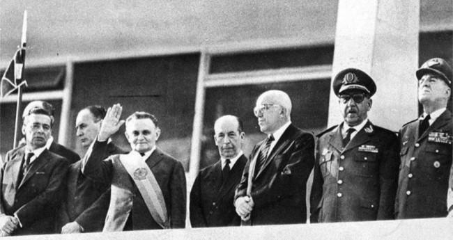 O presidente Castello Branco ao tomar posse, em 1964, em Brasília (Reprodução)