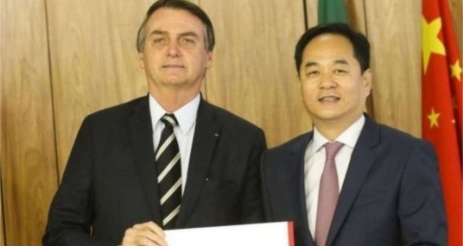 Bolsonaro e o embaixador Yang Wanming - Reprodução internet