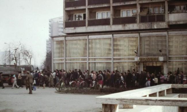 Pessoas fazendo fila para obter óleo de cozinha em Bucareste, na Romênia comunista em 1986. Foto de Scott Edelman - The Epoch Times en español.