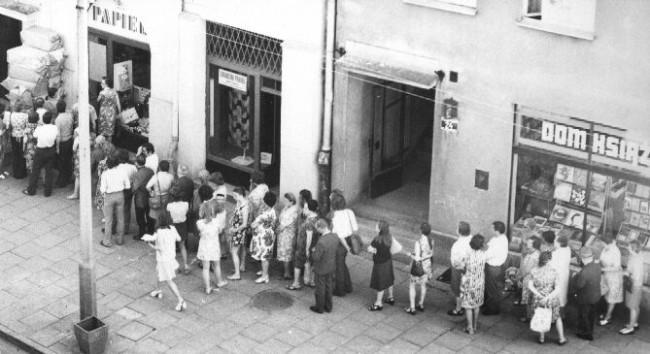 Fila para compra de comida na Polônia comunista – década de 70