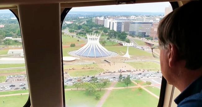 Jair Bolsonaro vislumbrando as manifestações de hoje (Reprodução)