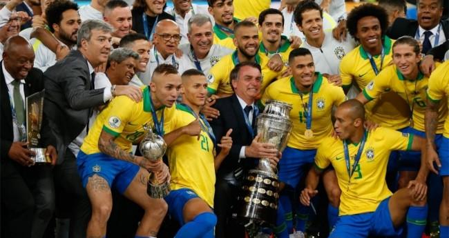 O presidente Jair Bolsonaro posa para foto após a seleção brasileira ser campeã da Copa América 2019 - Foto: Marcelo Machado de Melo