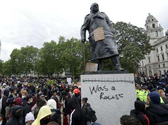 Estátua de Winston Churchill  vilipendiada - Reprodução internet